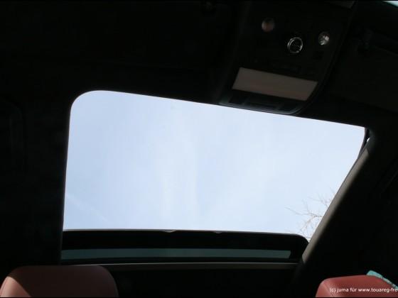 Blick von unten durch das maximal geöffnete Panoramaschiebedach