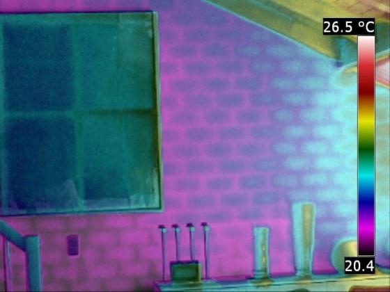 """Wand mit 60/40 Gewichtung Infrarotbild/Tageslichtbild. Diese Überlagerungs-Technologie (""""Fusion"""") verwendet man, um einerseits komplizierte und unübersichtliche Strukturen (z.B. im Technikbereich) übersichtlicher darzustellen, andererseits aber auch, dami"""