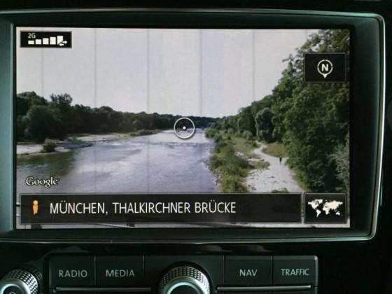 """RNS 850 mit """"Connect"""" Paket: Ansicht via Google Street View, die Thalkirchner Brücke in München, Blickrichtung manuell nach rechts geschwenkt."""