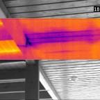 Leckageortung an einem Hauszugang. Der skalierbare Infrarot-Teilausschnitt zeigt deutlich die Bauteilauskühlung durch von oben eingesickertes Regenwasser (Verdunstungskälte). Visuell ist hier übrigens (noch...) nichts erkennbar. Siehe auch entsprechendes