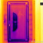 Kunststoffhaustüre (BJ 1997) aufgenommen von der Raumseite. Lufttemperatur außen 10,5°C, innen 22,3°C.  Die rechteckigen, dunklen und damit kühleren Flächen zeigen die innenliegenden Verstärkungsprofile aus Metall. Ebenfalls ein Schwachpunkt ist hier de