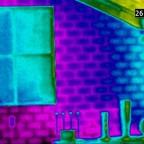Reines Infrarotbild der Wand. Das parallel mit der Wärmebildkamera erstellte Tageslichtbild wurde hier komplett ausgeblendet.  Hier wird sichtbar, dass die klassischen Mörtelfugen der Ziegelwand schlechter isolieren als die eigentlichen Ziegelsteine. Be