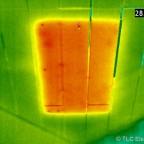 Die Klappe einer Zugtreppe im Dachgeschoß. Diese Aufnahme entstand im Sommer bei etwas über 30°C Außentemperatur, daher ist die Oberfläche der schlecht isolierten Zugtreppe hier wärmer als die gut gedämmte Geschoßdecke. Der Unterschied beträgt zwar gemit