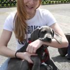 Das ist das Frauchen (Sandra) mit unserem Patenhund ;-)